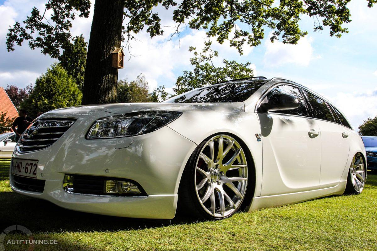 Opel Insignia Sports Tourer Ein Fahrzeug Am Boden