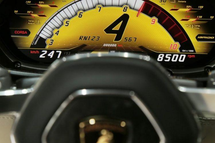 Die Drehzahl im Fokus: Der Lamborghini Asterión LPI 910-4 kann auch auf Krawall schalten