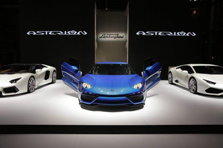 Breite Brust: Auch zwischen seinen Geschwistern macht der Lamborghini Asterión LPI 910-4 noch eine sportliche Figur