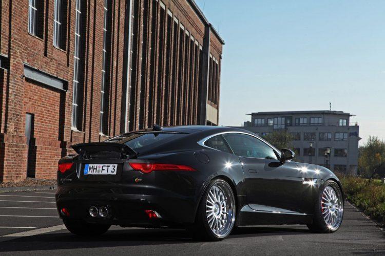 Satt im Kasten: Die Rad-Reifen-Kombi füllt die Häuser des Jaguar F-Type Coupé bestens aus