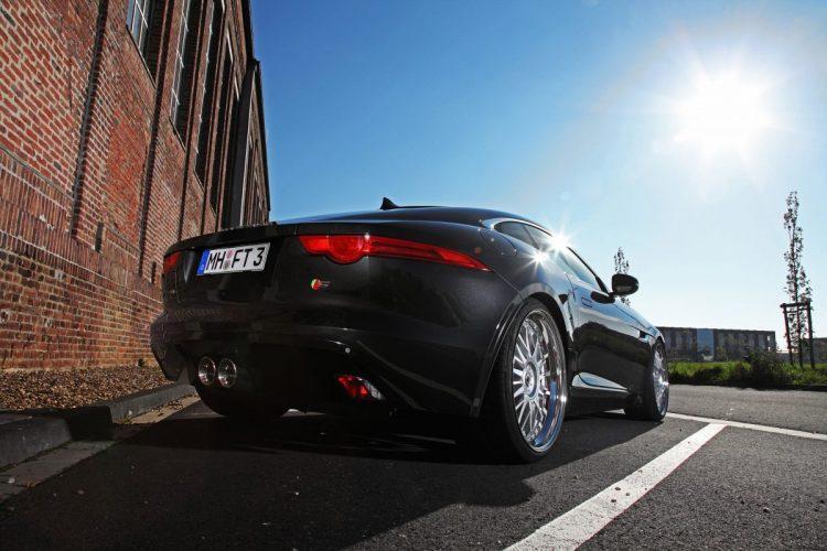 Kurzer Abschluss an der Heckpartie des Jaguar F-Type Coupé