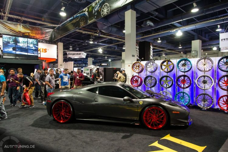 Ferrari mit invertierter Farbgebung: Dunkelgraue Außenhaut, knallrote Alufelgen