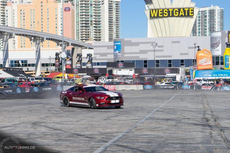Mustang-Power der Neuzeit: Der neue darf schon zu den Driftkönigen auf die abgesperrte Fläche