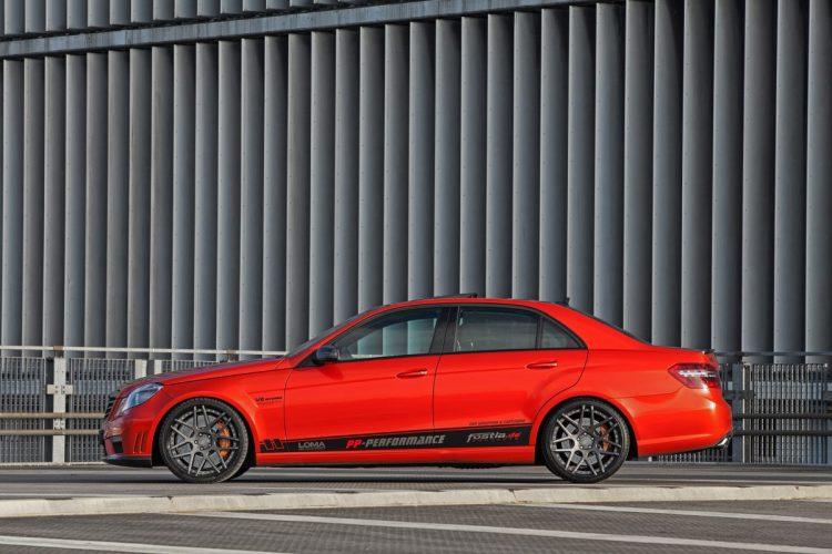 Die dynamische Seitenpartie des Mercedes E63 AMG von fostla.de.