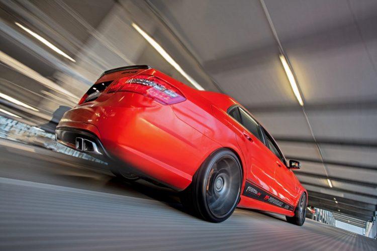 Vorne ein Tiefflieger, hinten mit Niveau: Seine H&R-Federn lassen den Benz an der Vorderachse etwas absinken.