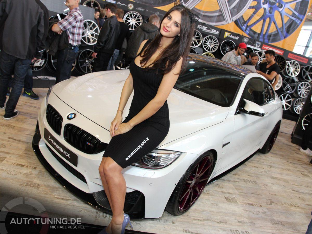 Mädchen steht vor einem getunten weißen BMW