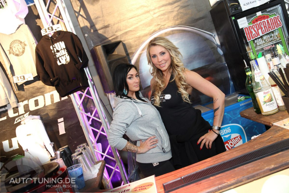 Girls der Tuning World Bodensee posieren an einem Messestand
