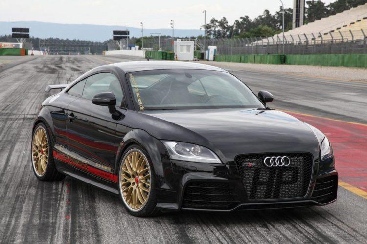 Dezent verewigt: Beim Audi TT RS schimmern die Initialen des Tuners durch den Kühlergrill.