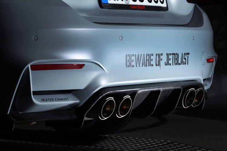 Die imposante Akrapovic-Abgasanlage des BMW M4 F82 bollert aus vier Rohren.