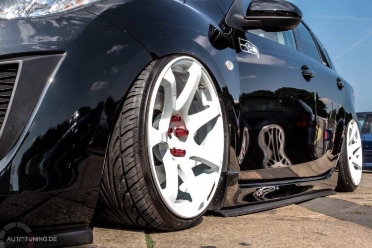 Schwarz-Weiß-Malerei: Krasser Kontrast am Mazda 3!