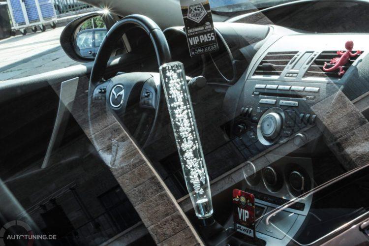 Riesiger Schaltknüppel im Inneren des Mazda 3!