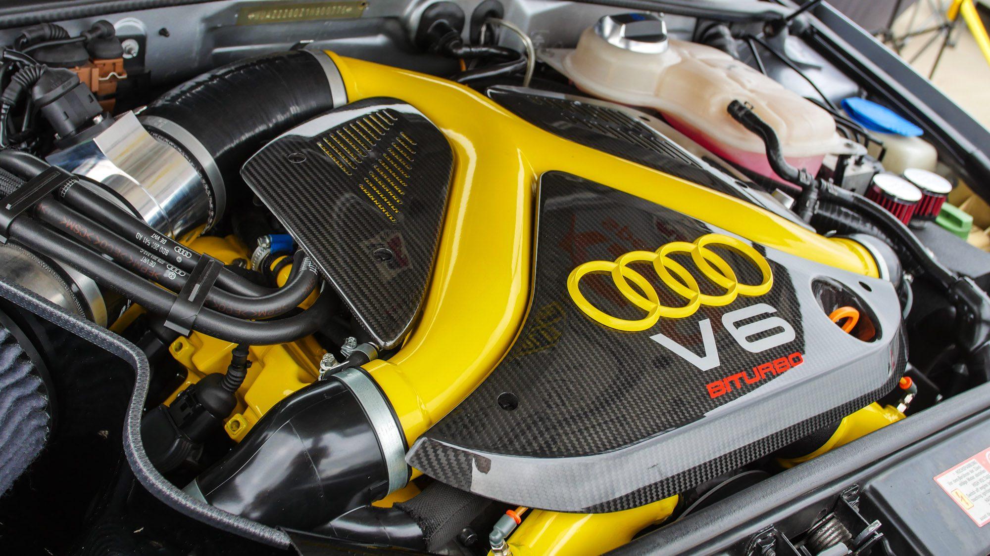 Detailansicht des Motorraums im Audi RS4