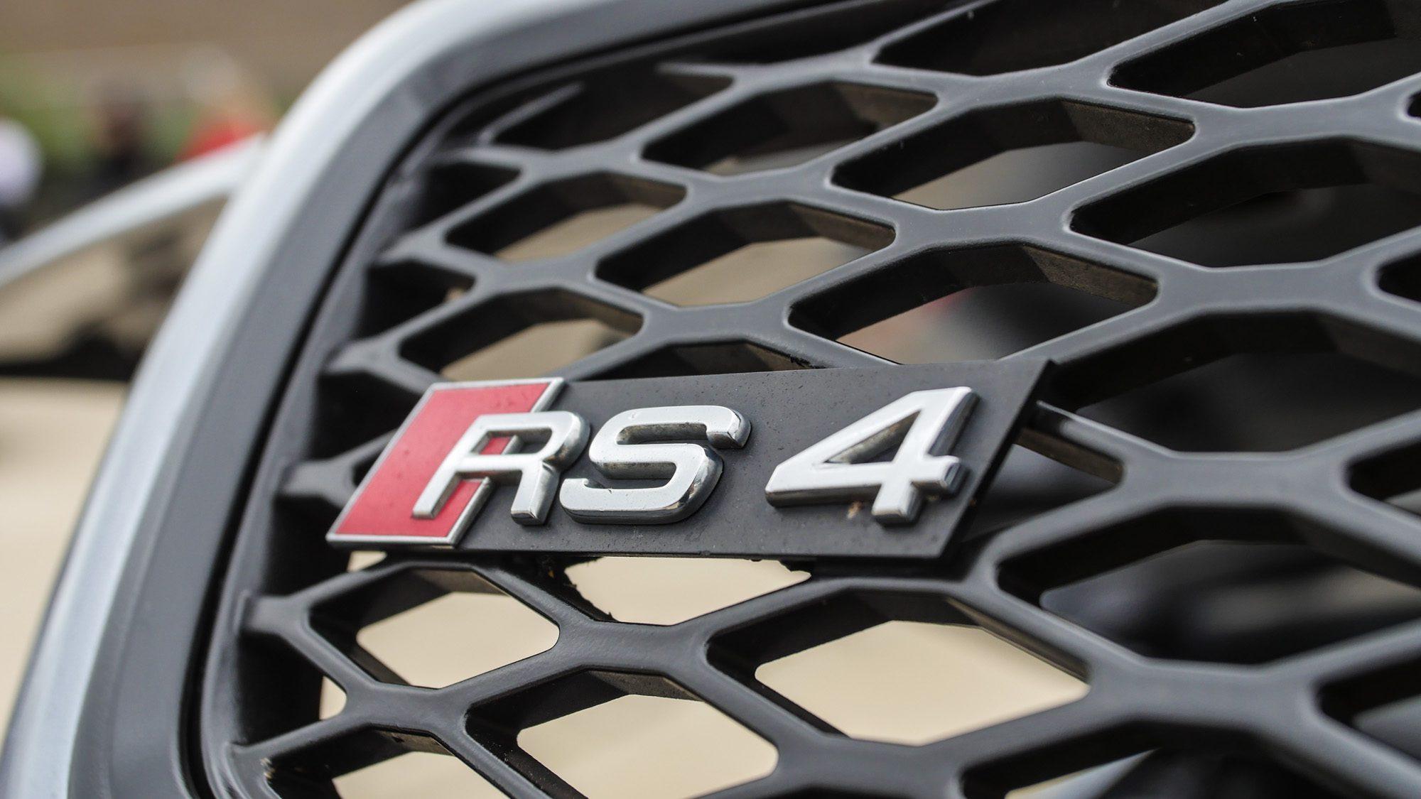 Ein Garant für massig Power: Der RS4-Schriftzug am Audi