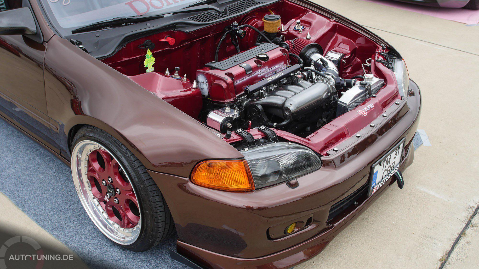 Die fehlende Motorhaube gewährt einen freien Blick auf den Motorraum des Honda Civic.