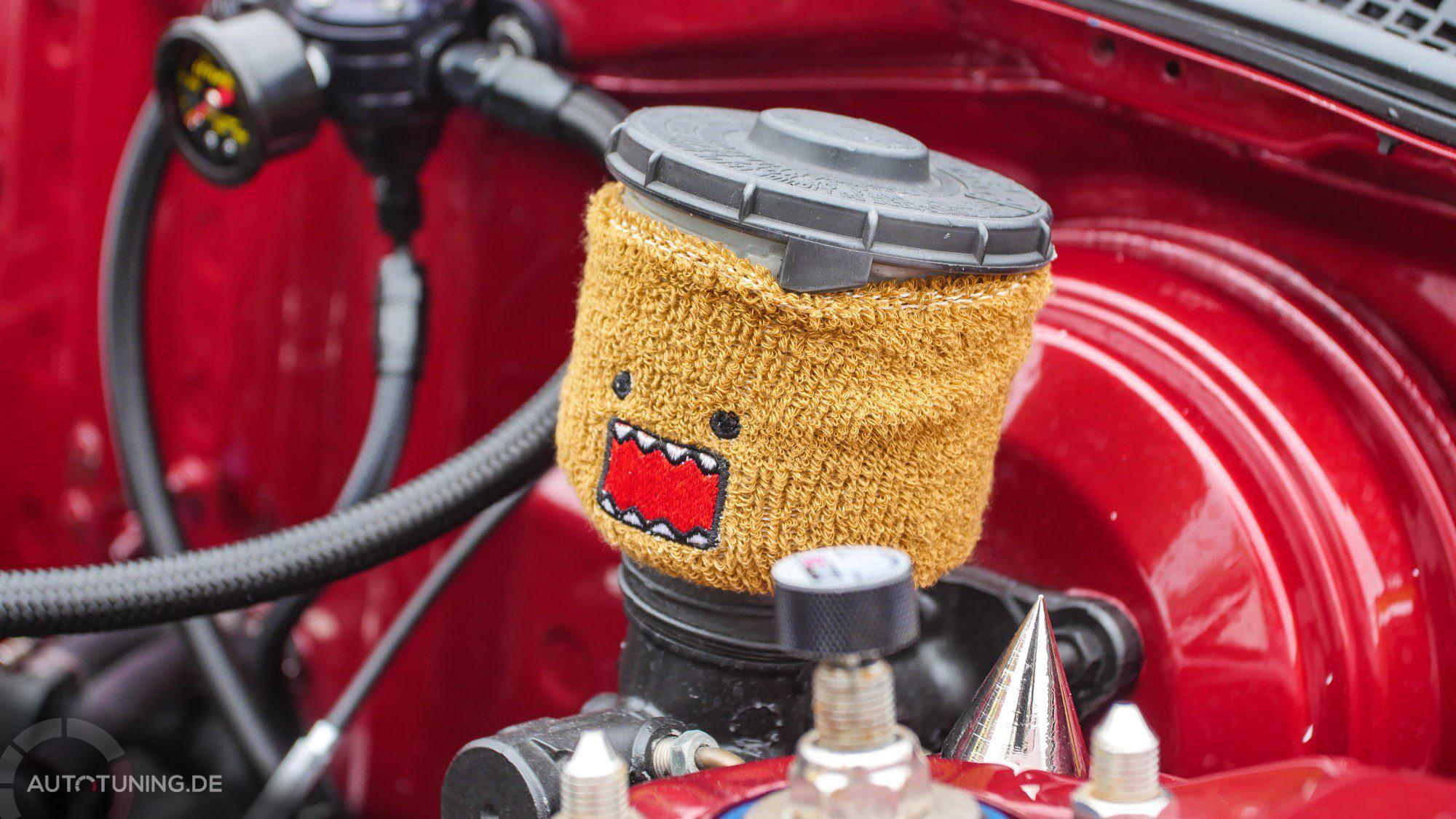 Süßes Maskottchen im Innenraum des Honda Civic