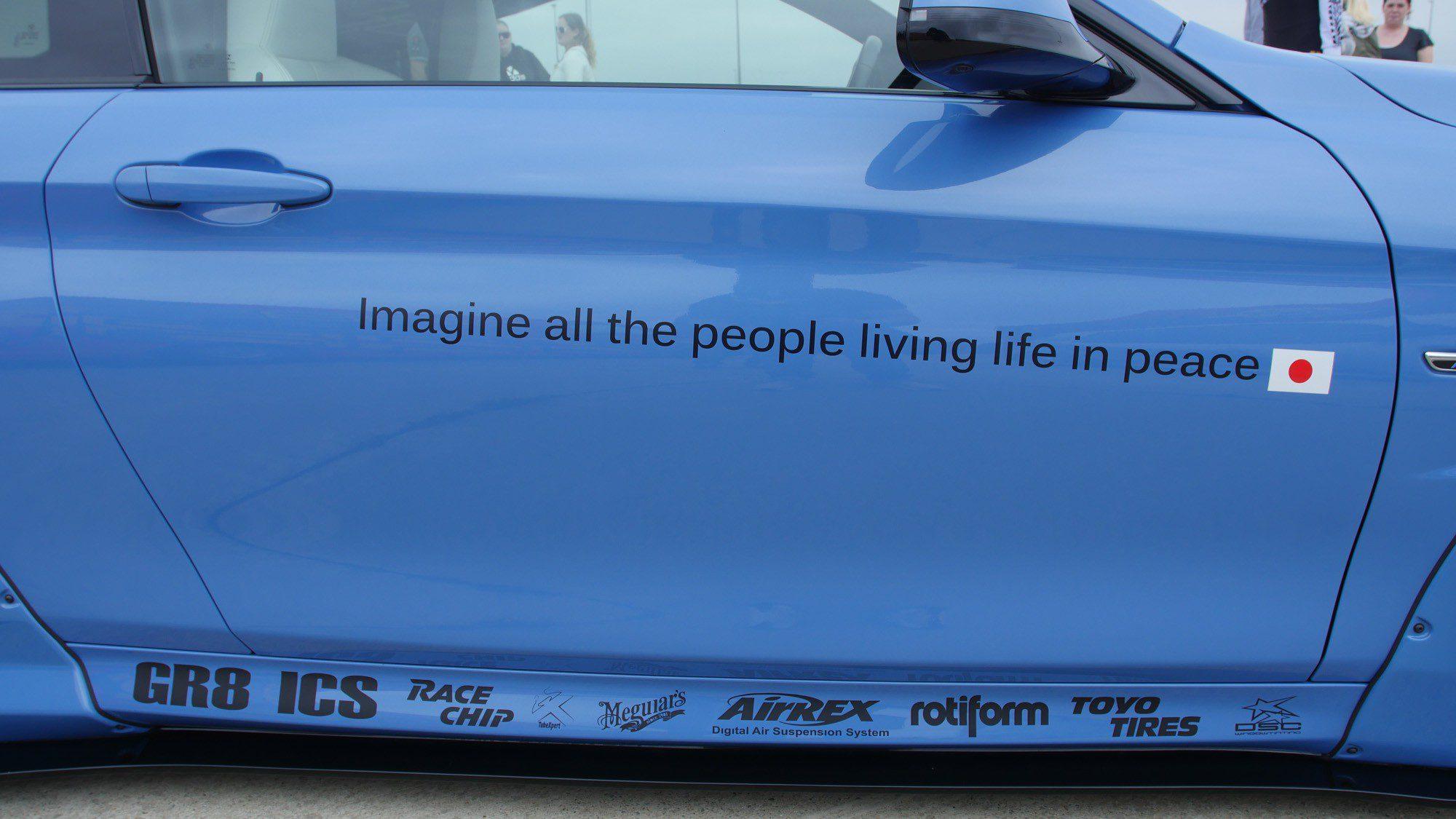 Eine Hommage an John Lennon auf der Tür des BMW M4