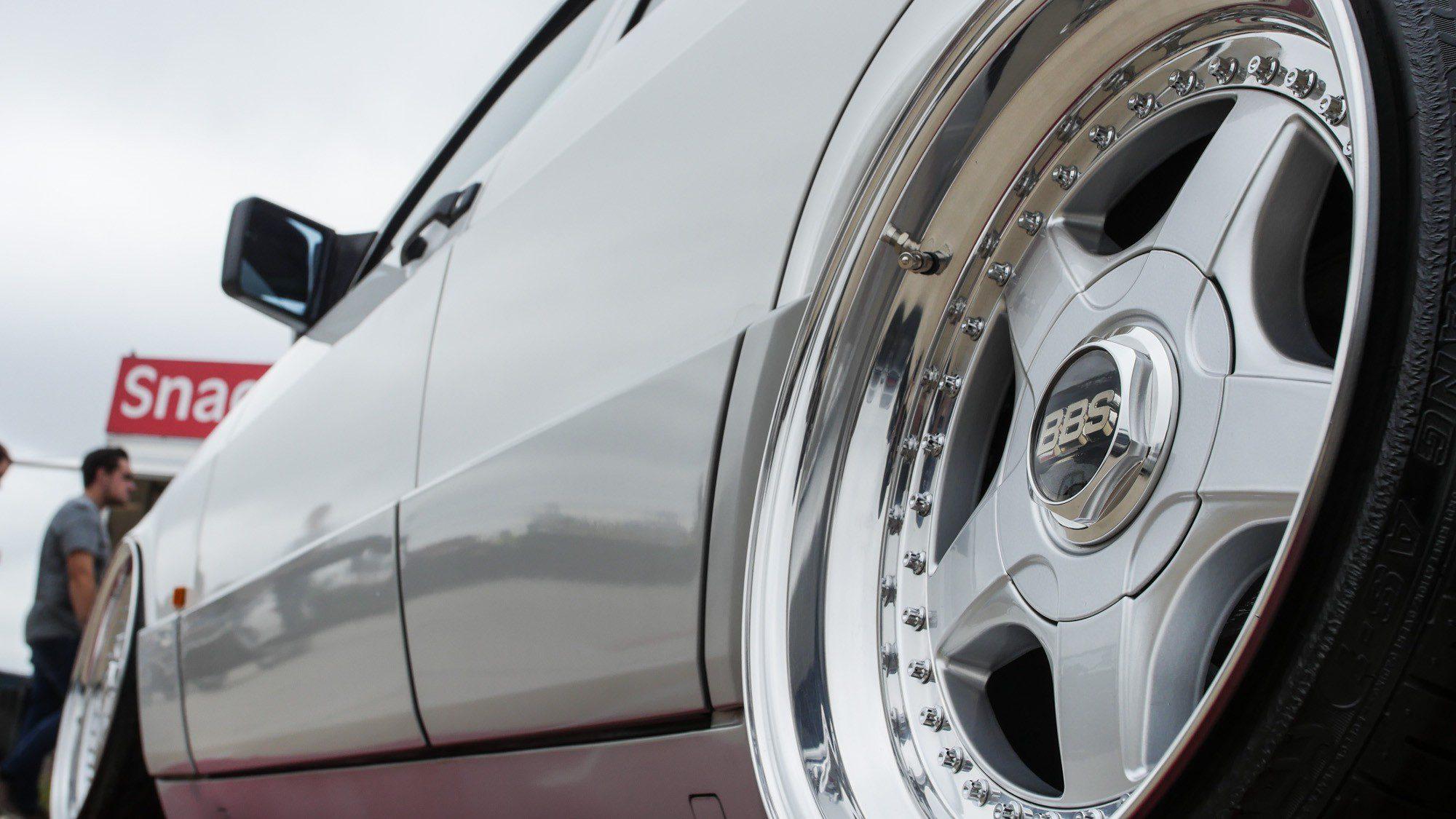 Passend zur Farbe des Mercedes-Benz 190: Die Räder von BBS!