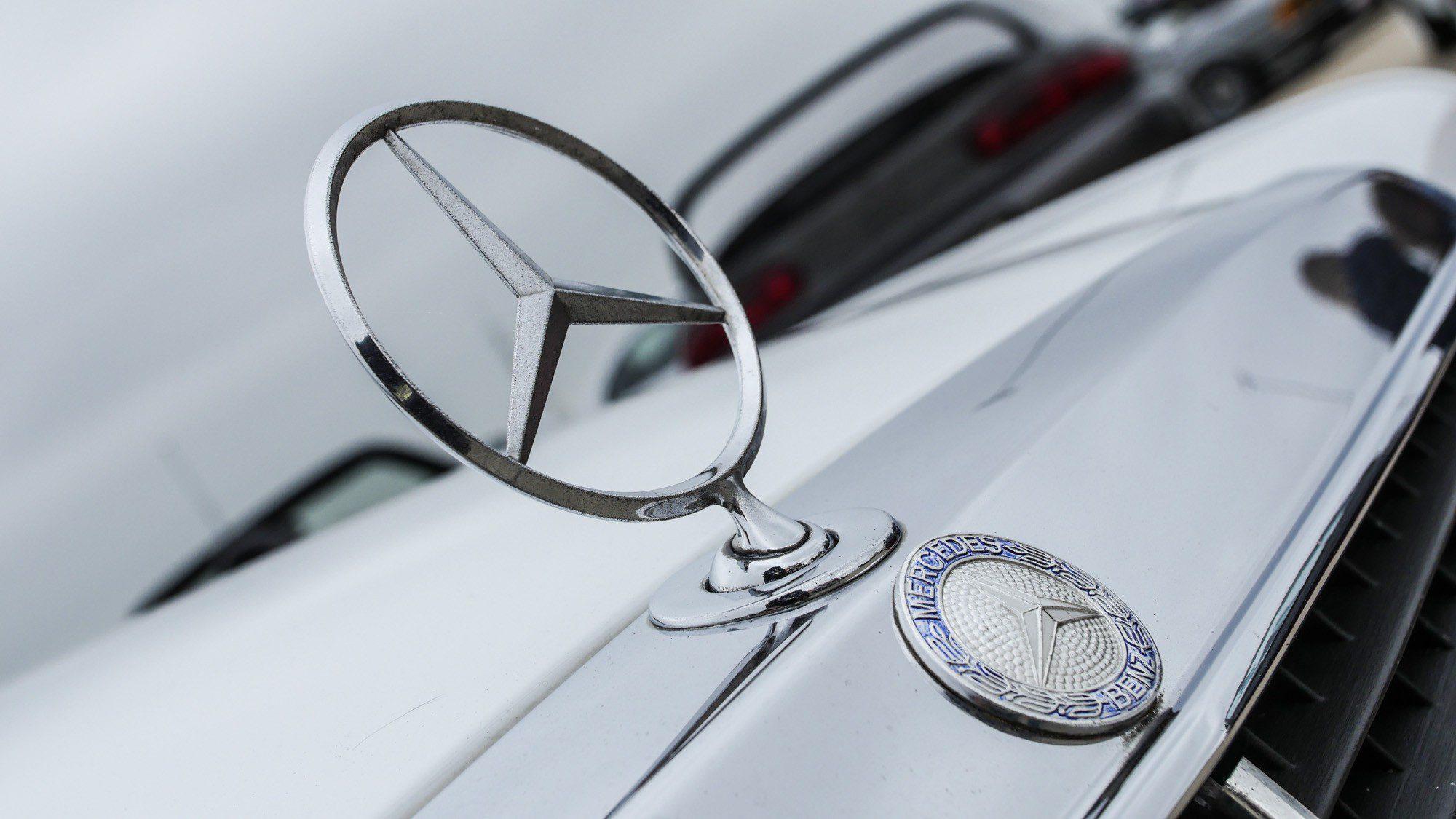 Der allseits bekannte Stern am Kühlergrill des Mercedes-Benz 190