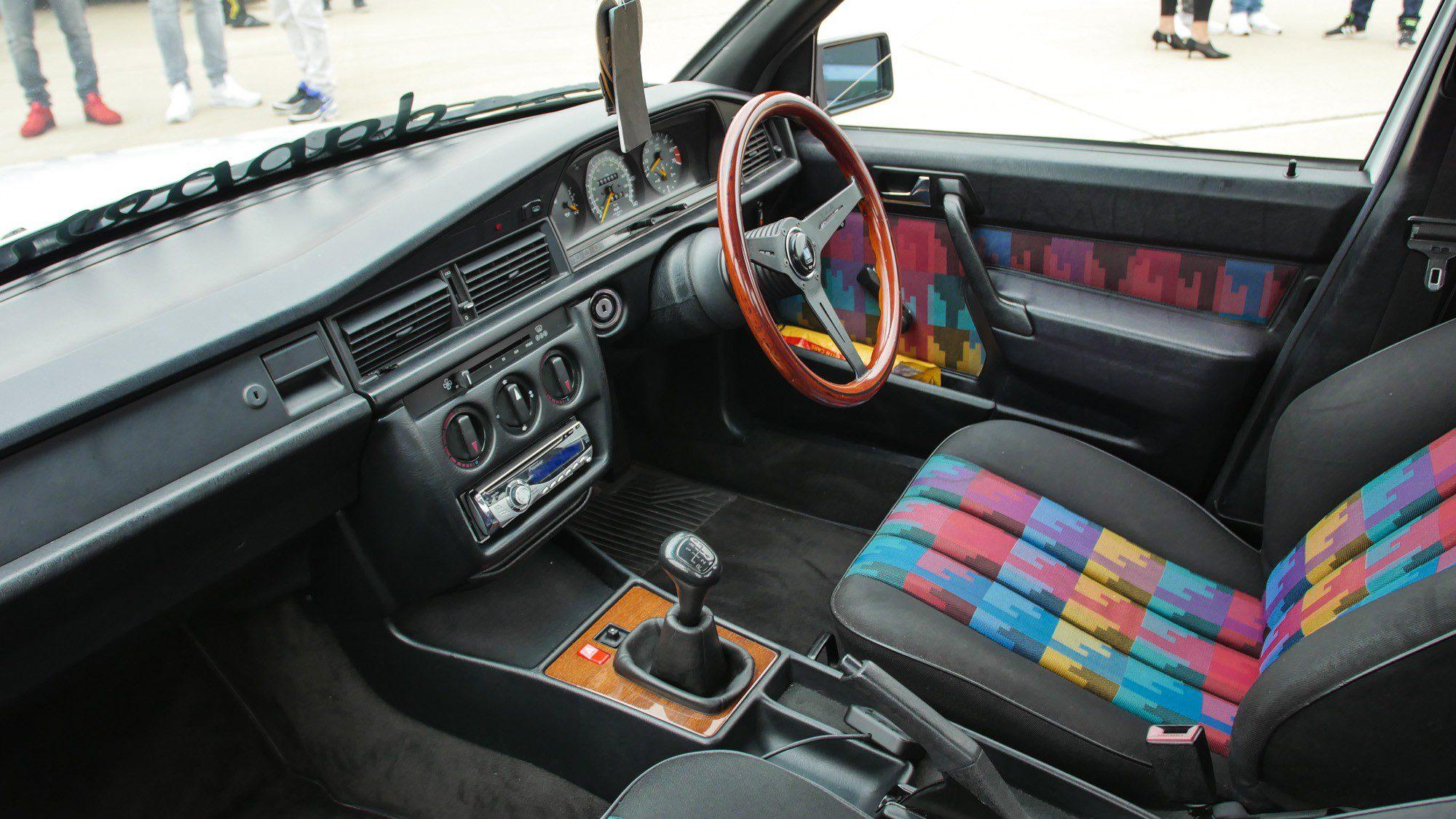 Interieur des rechtsgelenkten Mercedes-Benz 190