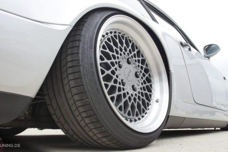 Detailansicht der Räder von Rotiform auf dem Porsche 911