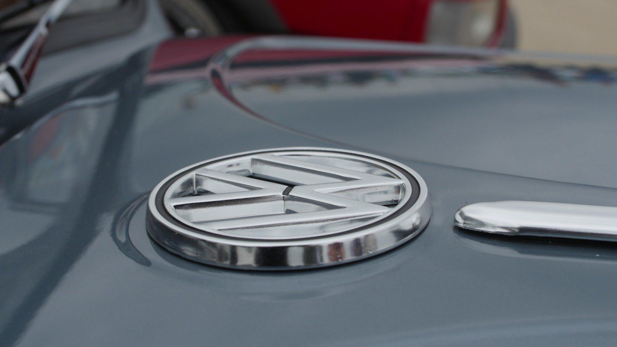 VW Logo am Käfer