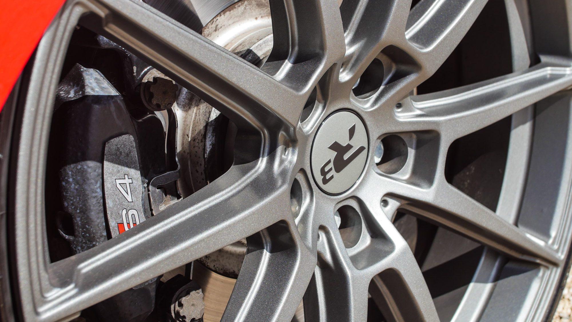 Detailansicht der R3-Räder auf dem Audi S4 Avant