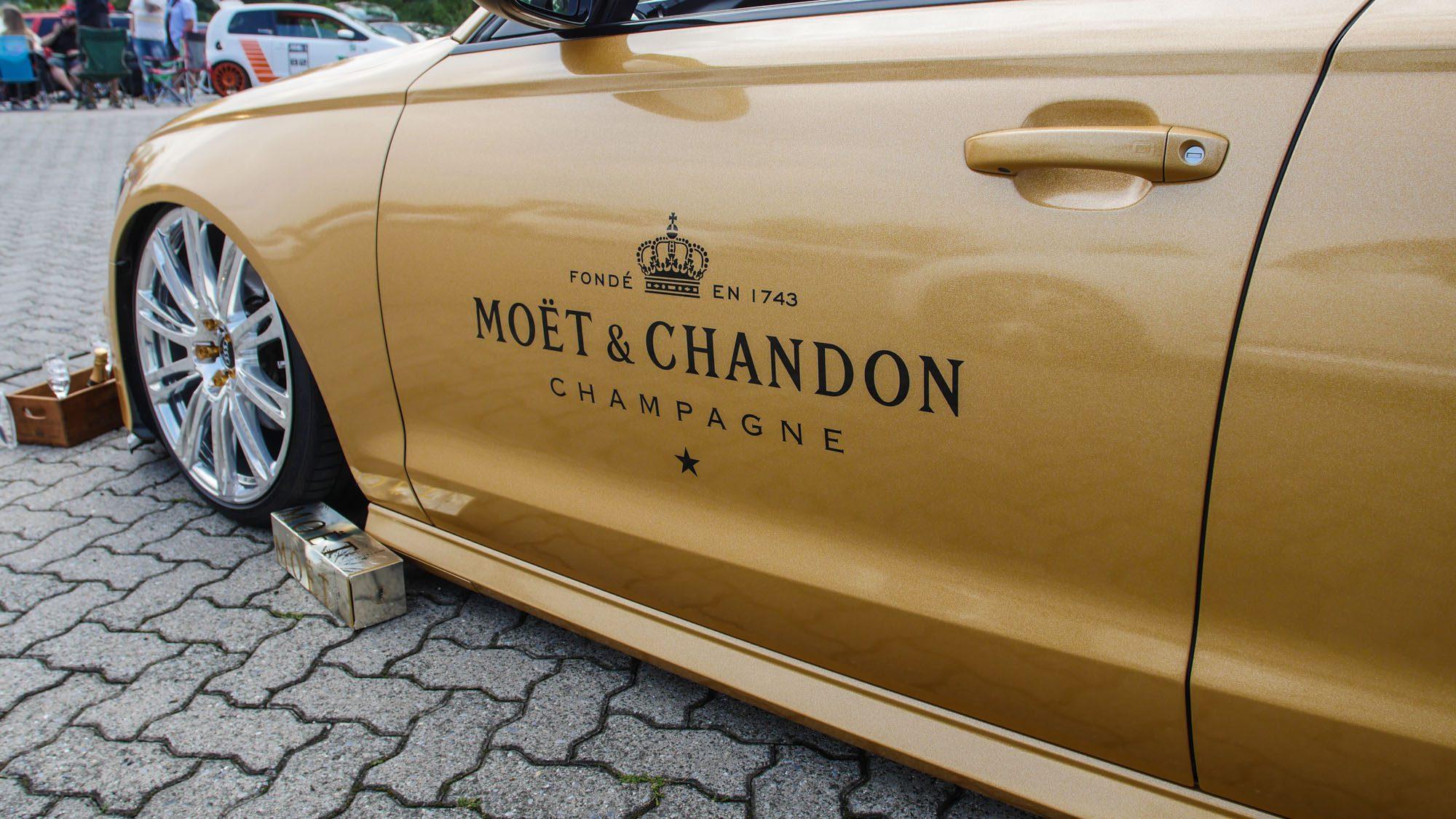 Logo von Moët & Chandon auf dem Audi A6 Avant
