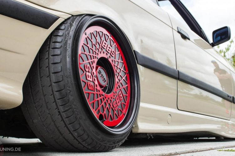 Rote BBS-Räder auf dem BMW E36