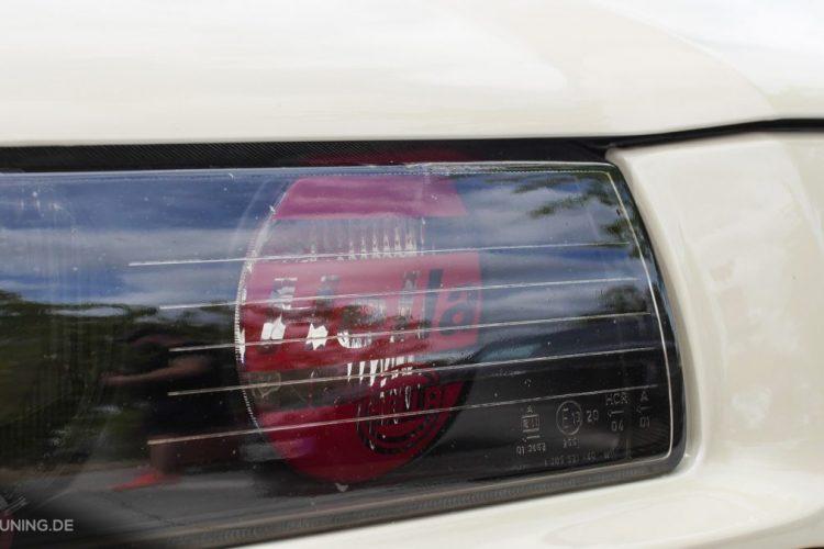 Detailansicht der Scheinwerfer des BMW E36