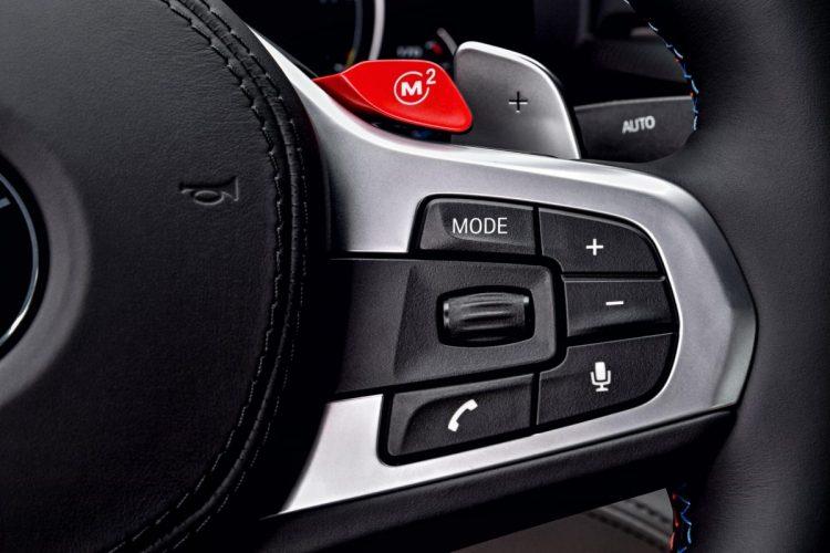 Über die roten Knöpfe kann ein individuelles Setup im BMW M5 G30 eingestellt werden.