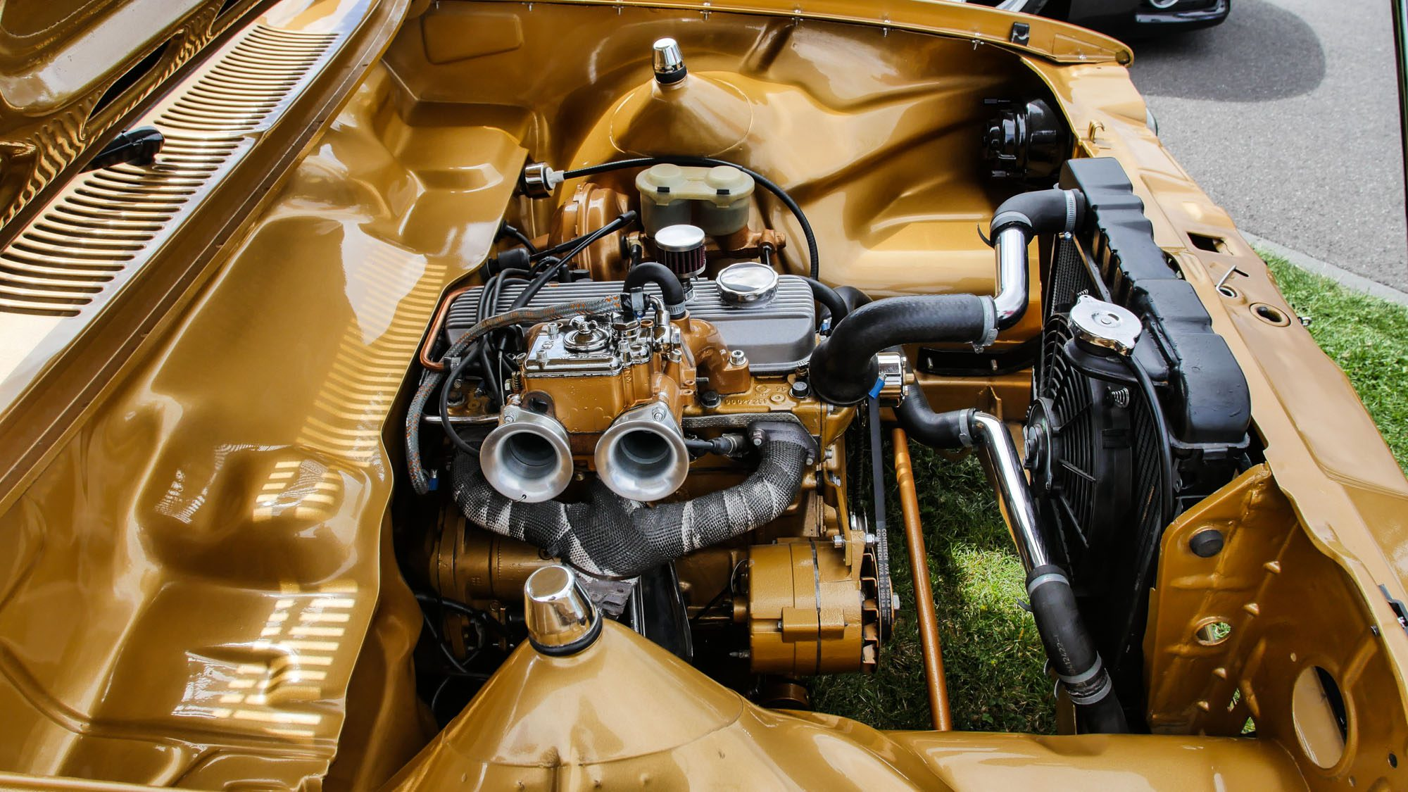 Die Farbgebung führt sich auch im Motorraum des Opel Kadett C Caravan fort.
