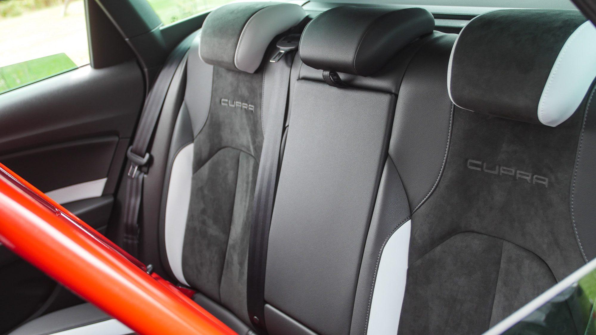 Edle Leder-Alcantara-Sitze im Fond des Seat Leon ST Cupra