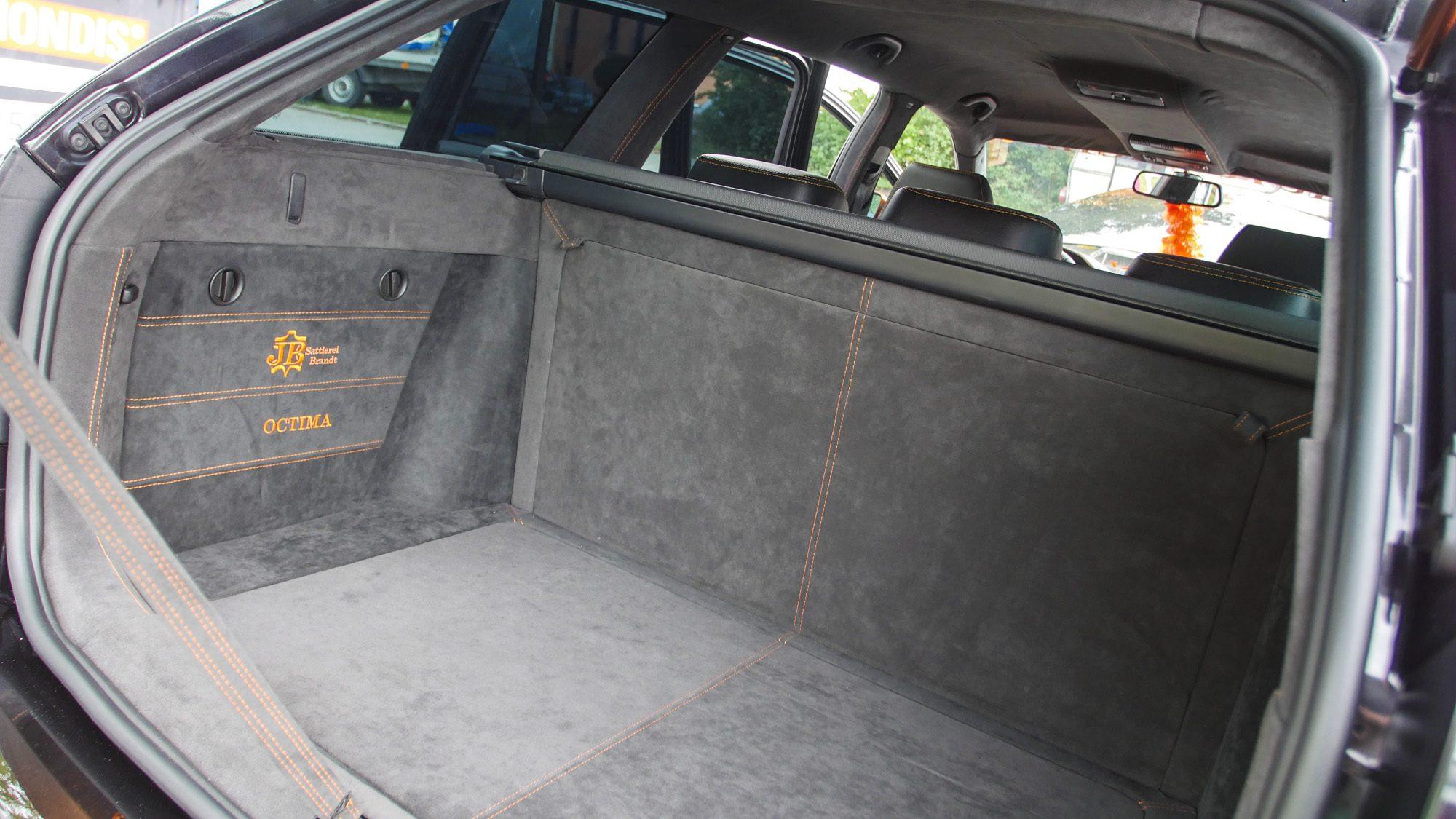 Ganz in Grau: Der Kofferraum des Skoda Octavia RS