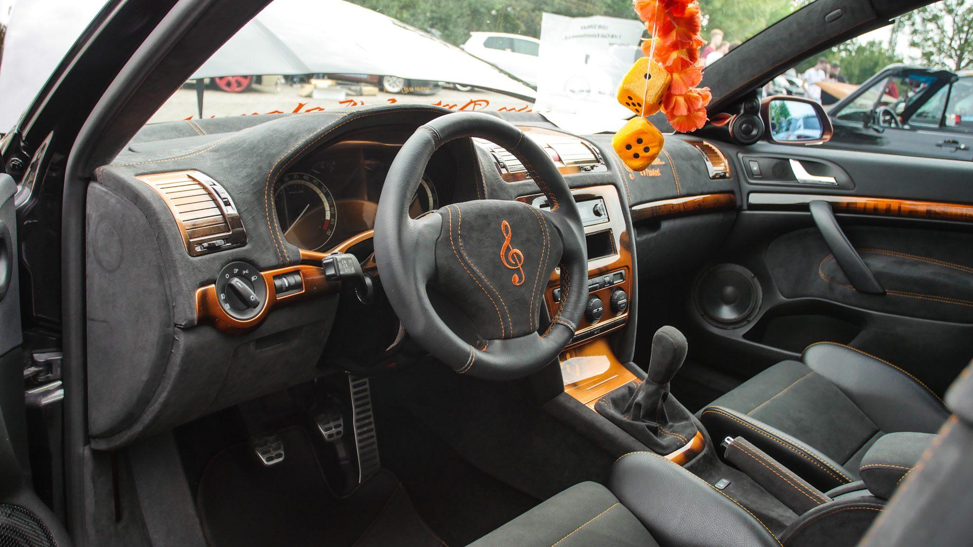 Kunstvoll designter Innenraum des Skoda Octavia RS