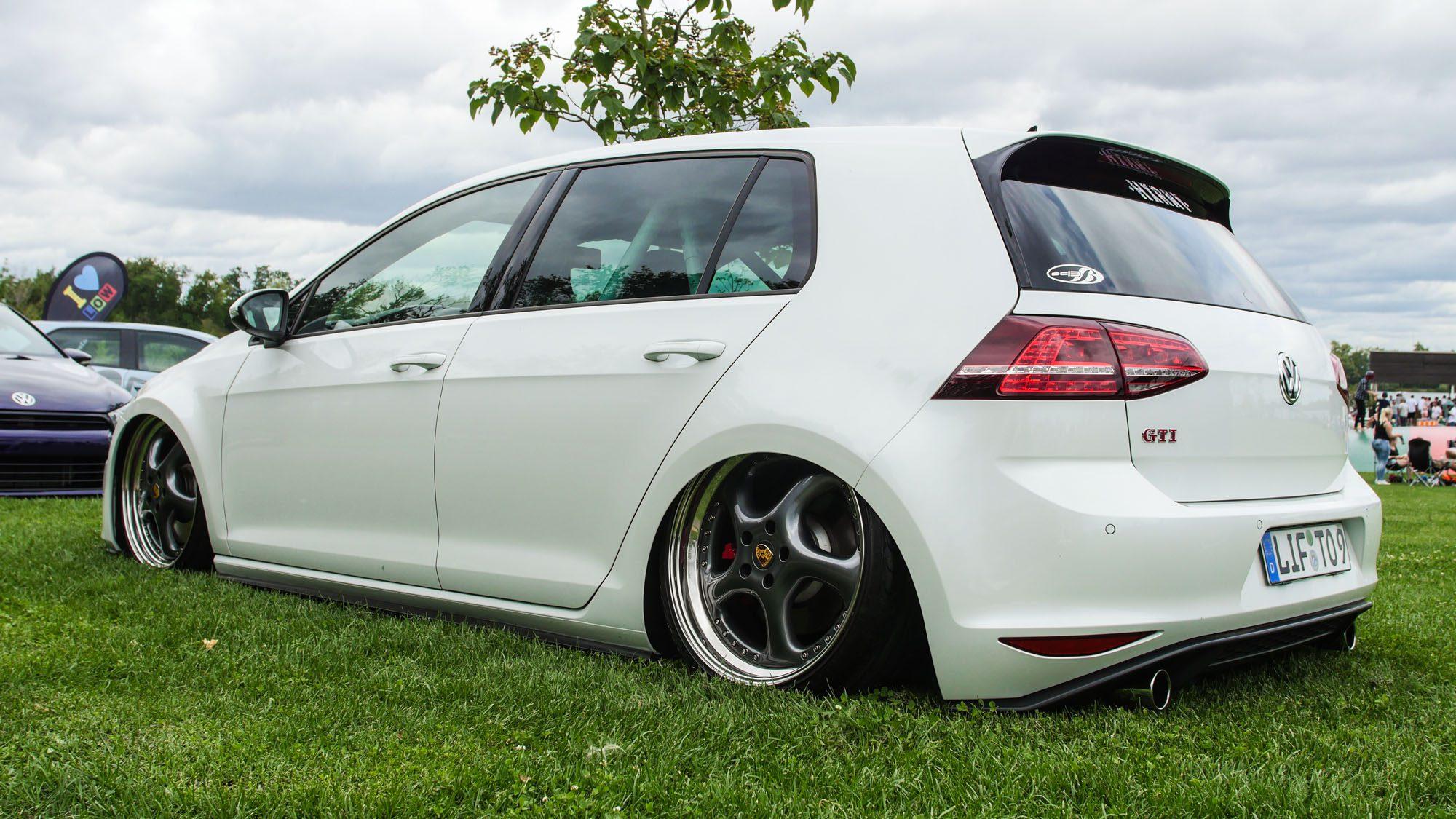 Sacketief liegt der VW Golf VII GTI am Boden