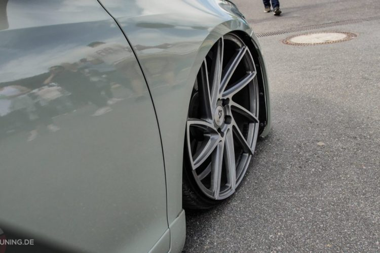 Sieht aus, als ob der VW Scirocco ohne Reifen fahren würde...