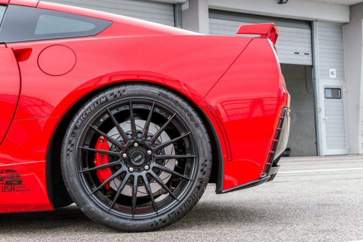 Die Corvette C7 Stingray setzt auf ein Kontrastprogramm bei der Radwahl.