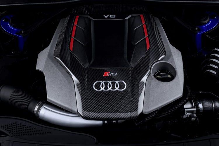 Ein Blick unter die Haube des Audi RS 4 Avant offenbart den V6-Biturbo mit 450 PS.