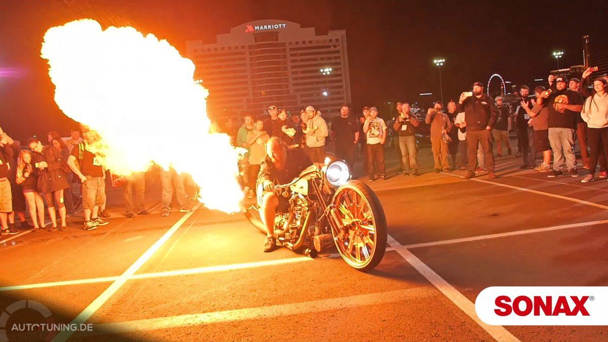 Wenn das Motorrad zum Flammenwerfer wird: Actionreiche Showeinlage bei der SEMA Show 2017