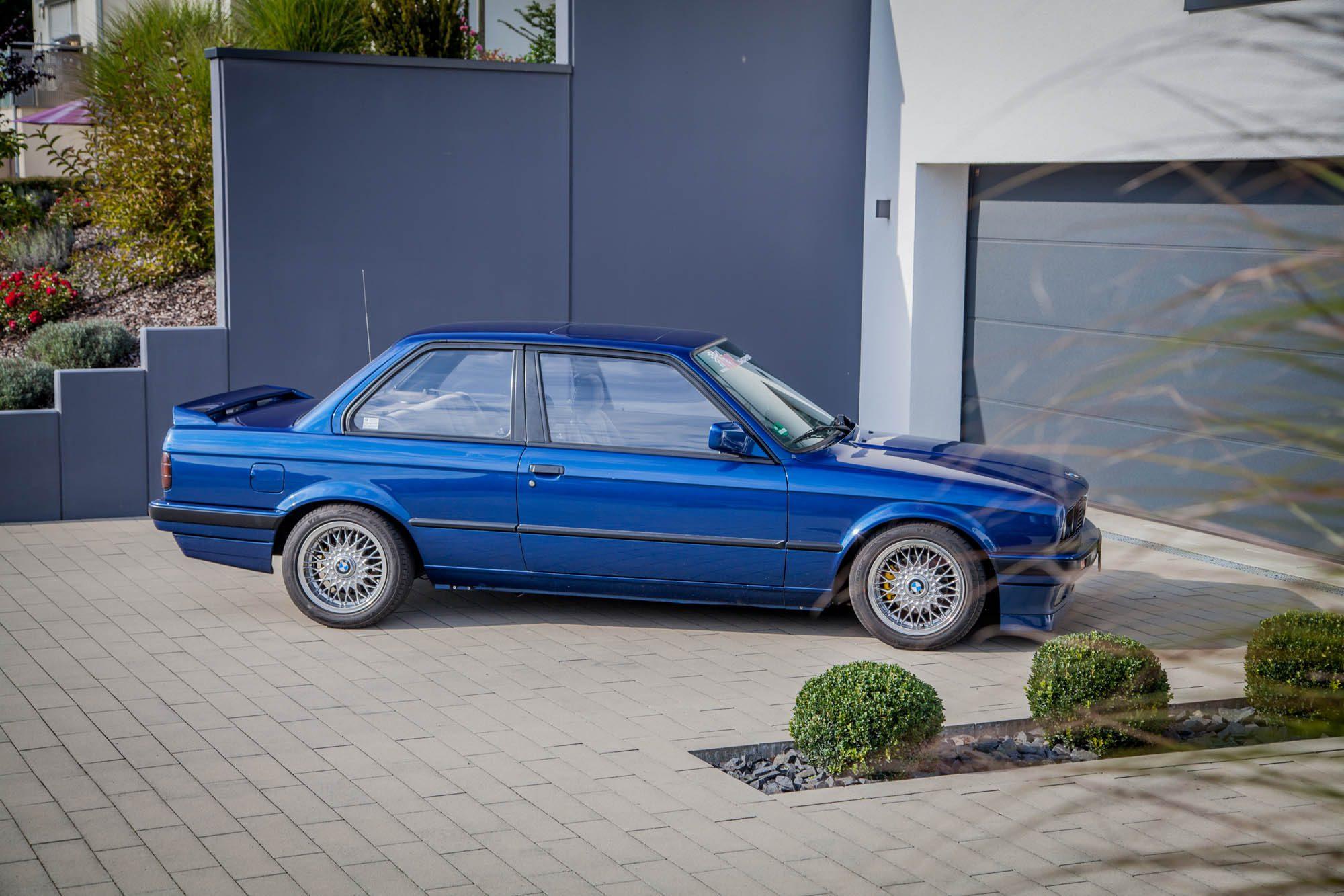Schmucke Deko für die Hauseinfahrt: Der BMW 3er E30