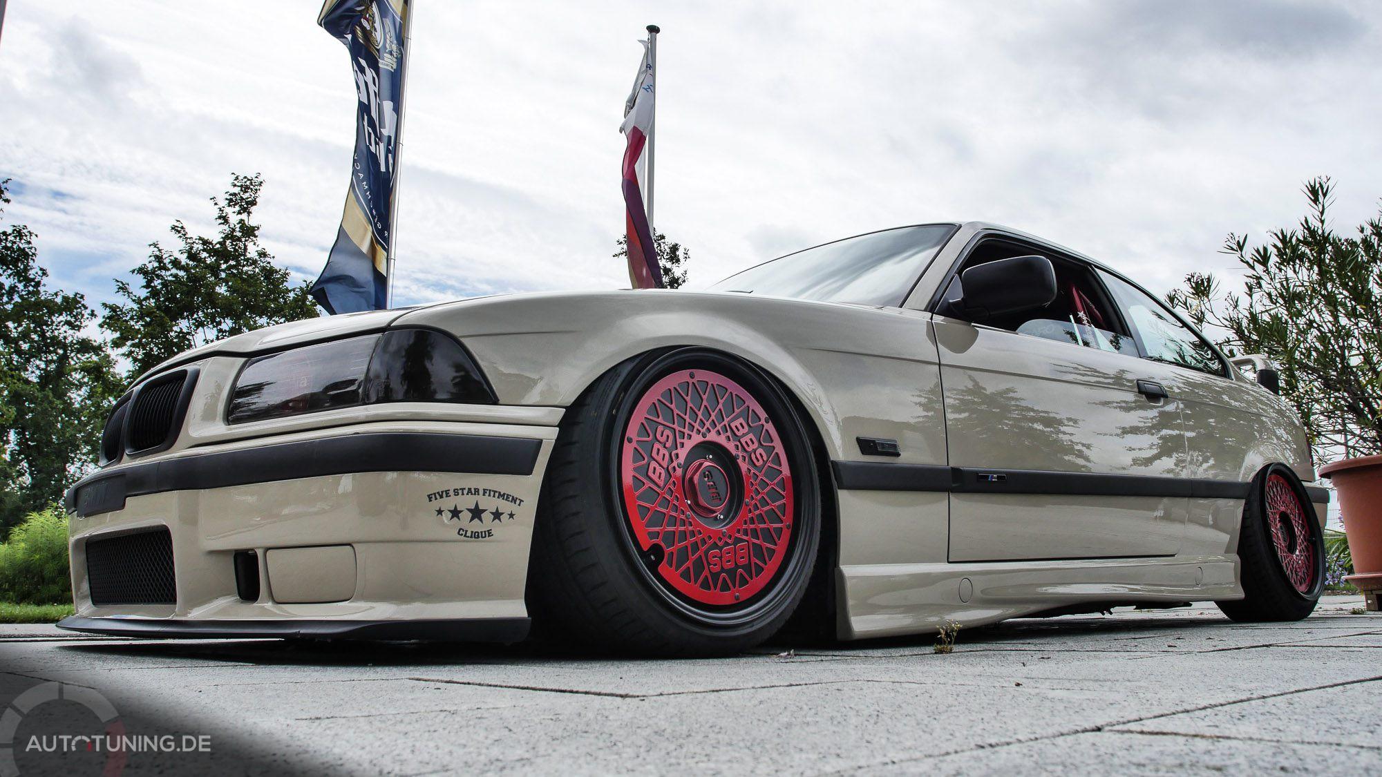 Weißer BMW mit roten BBS Felgen