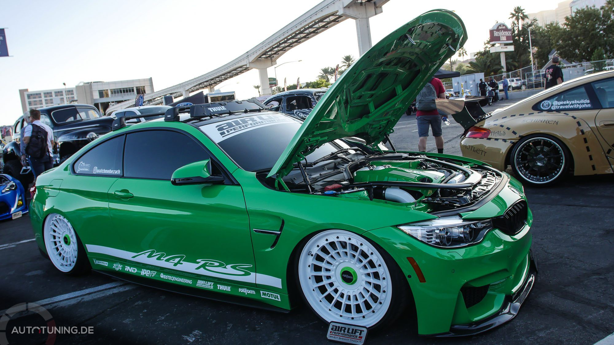 Giftgrünes, getuntes Auto mit offener Motorhaube