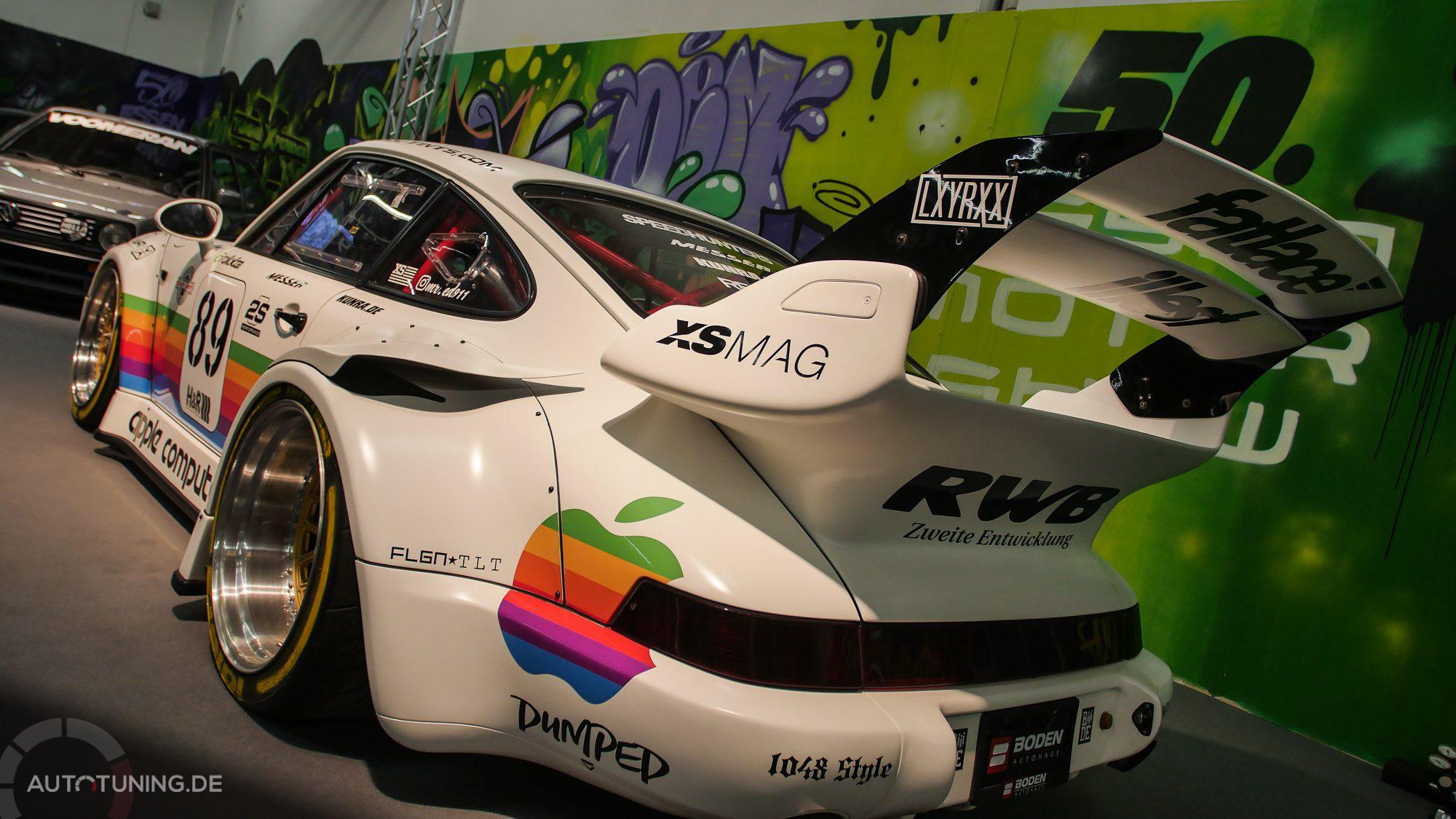 Fahrzeug in weiß-matter Optik mit farbiger Apple-Werbung