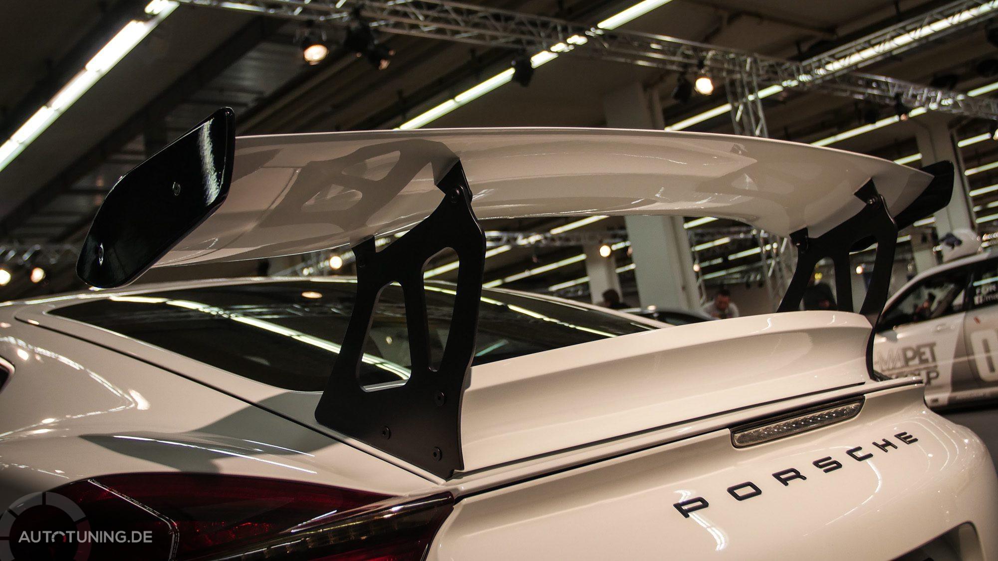 Heckspoiler an einem weißen Porsche