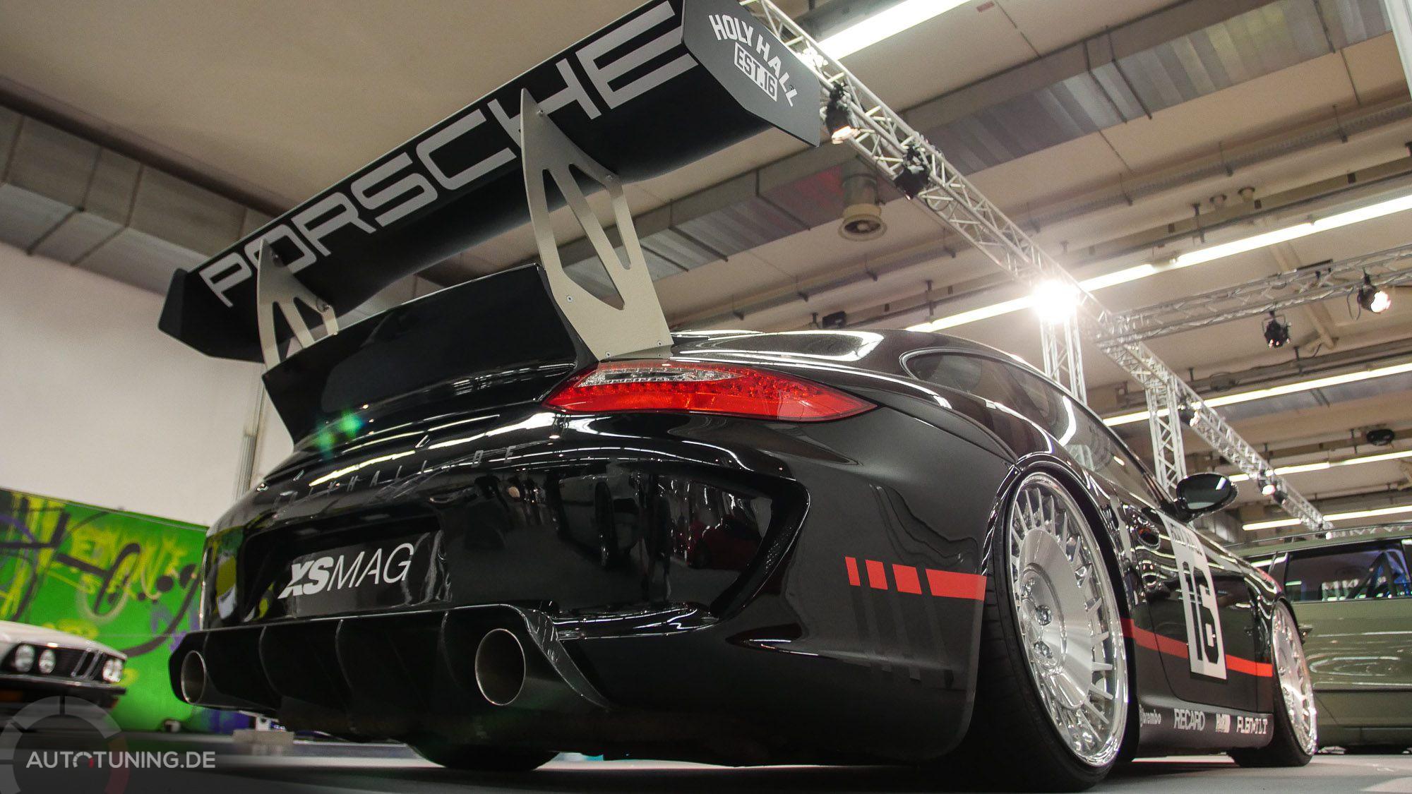 Tiefergelegter Porsche in schwarz mit großem Heckflügel