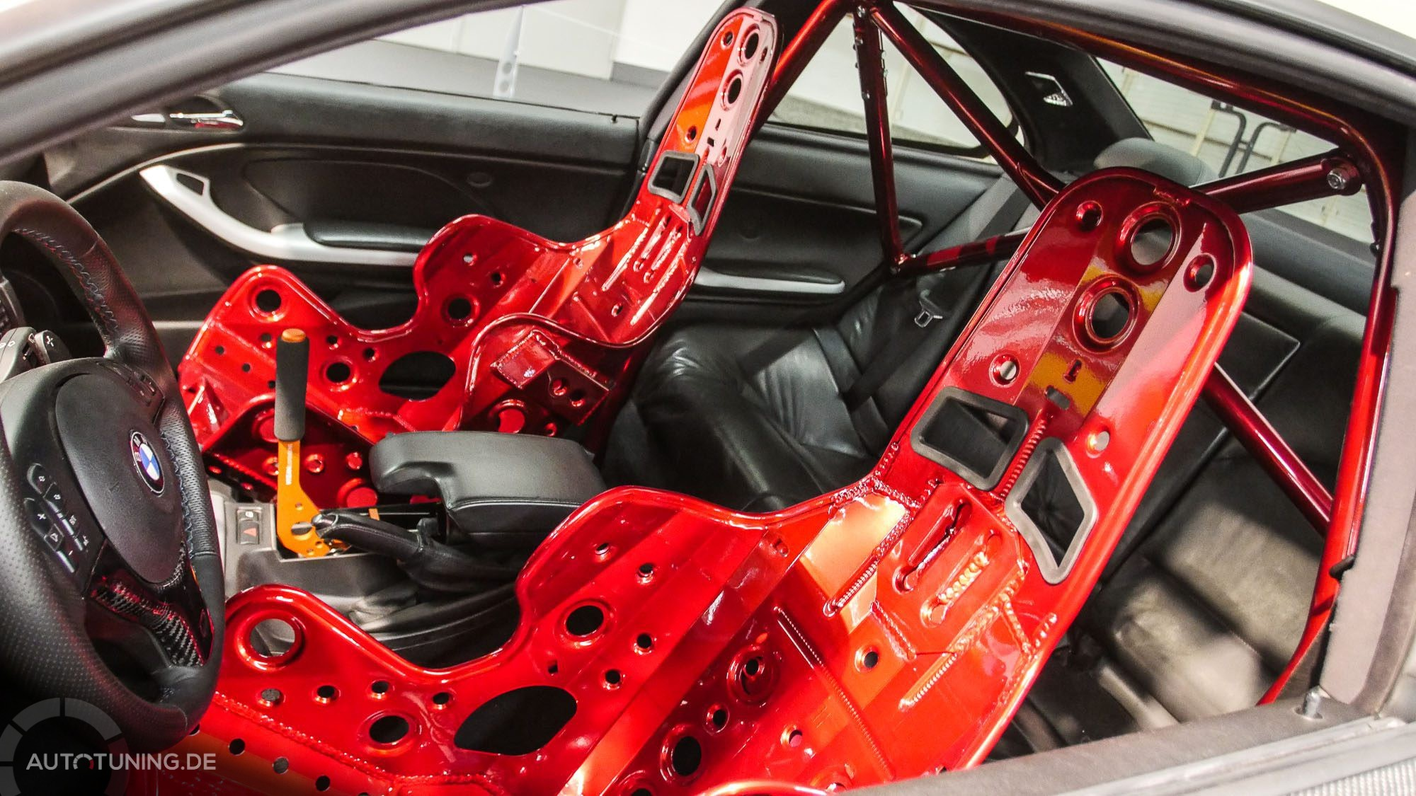 Rote Sitzarmaturen, passend zum Überrollbügel im Innern eines BMW