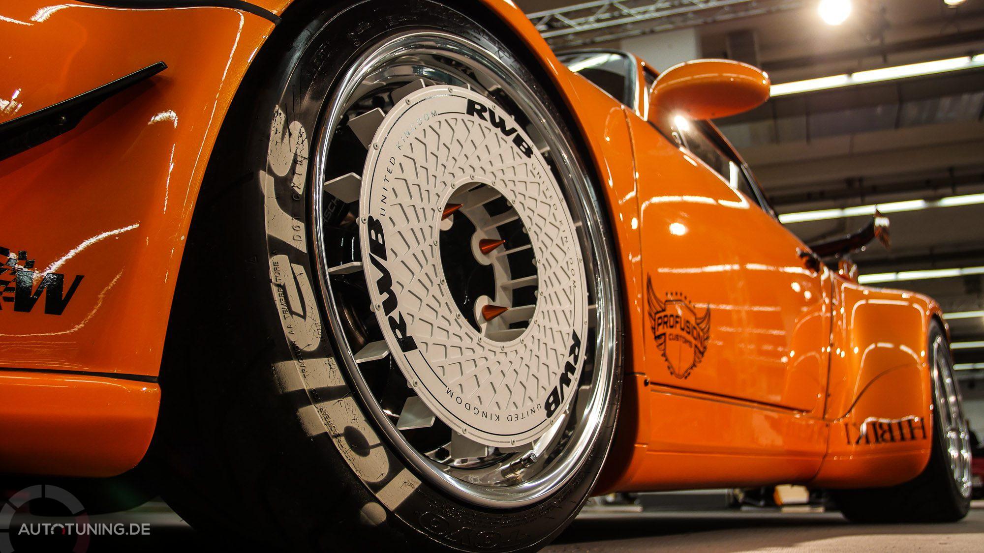 Untere Reifen- und Felgenansicht bei einem orangen Tuner-Car