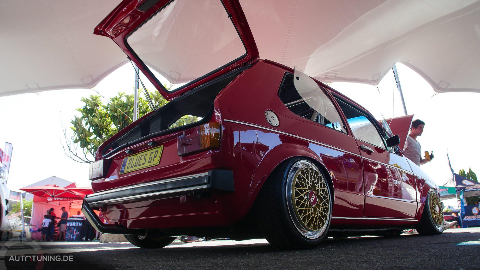 Hintere Seitenansicht: Roter VW Golf MK1 in Südafrika