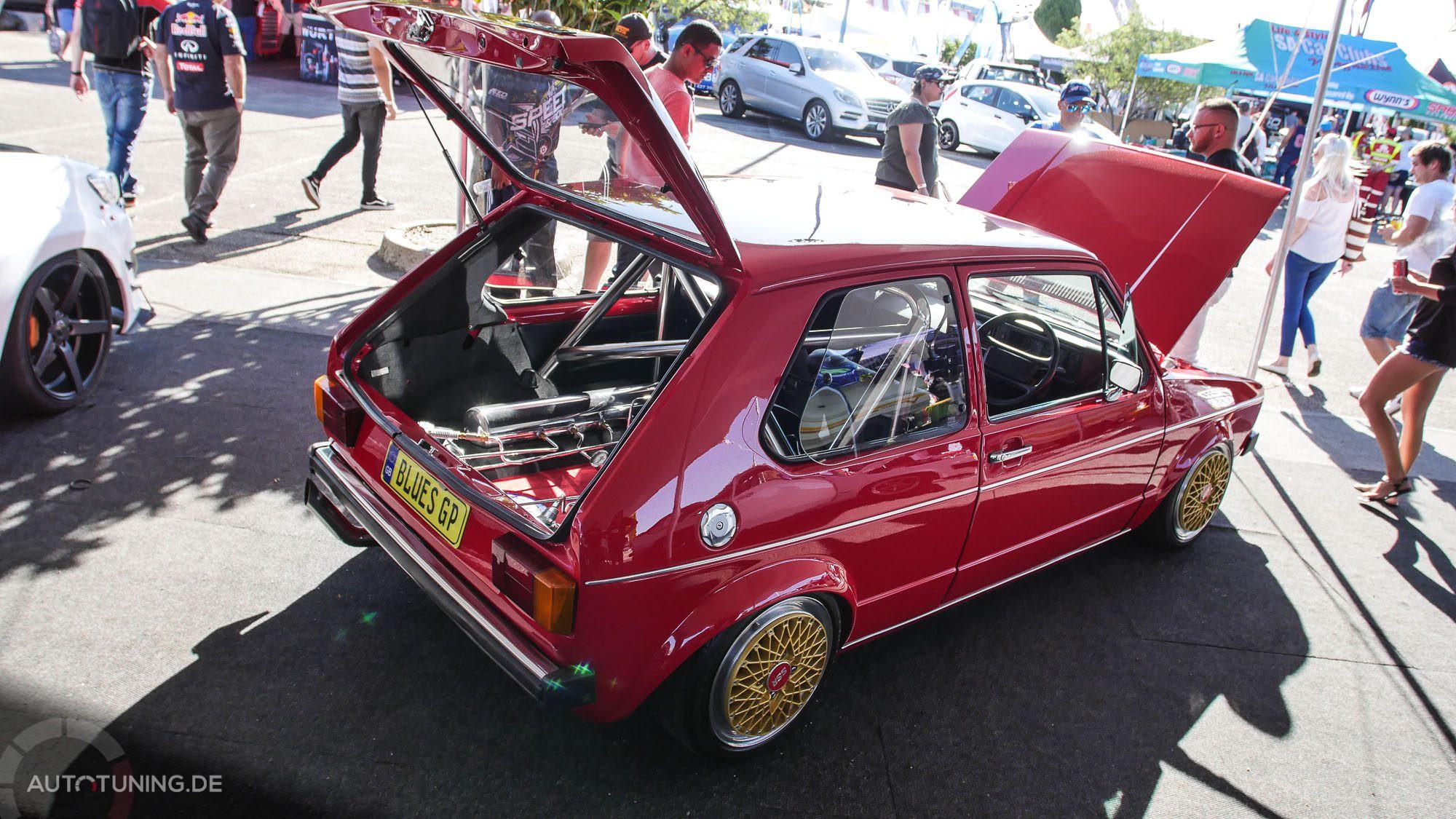 Offene Heckklappe und Motorraum beim Golf MK1