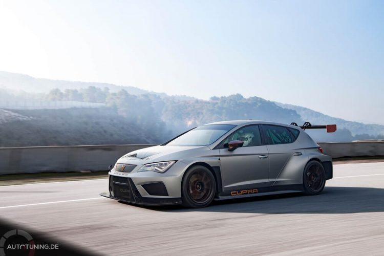 CUPRA TCR in Action: Der Rennwagen fährt in hoher Geschwindigkeit